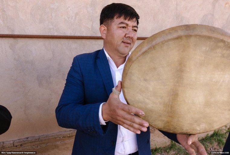 """""""Нам удлинители не нужны, мы везде можем играть свою музыку, - говорят о себе музыканты. - Пригласите нас на EXPO в Астану, мы приедем. Сами мы из Казыгурта (поселок неподалеку), там у нас почти всегда той""""."""
