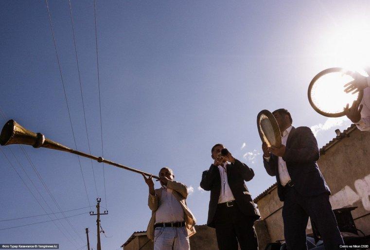 Как оказалось, репертуар у этих музыкантов очень широкий, и они с большим энтузиазмом исполнили популярную казахскую мелодию (<a href=&quot;https://www.youtube.com/watch?v=FcwSfHl_08g&amp;feature=youtu.be&quot; target=&quot;_blank&quot;>видео</a>).</p> <p>&#187; data-sizes=&#187;320,323,380,440,530,850,1000,1580&#8243; data-w320=&#187;/userdata/gallery/2017/gallery_951/thumb_xms/photo_34566.jpg&#187; data-w323=&#187;/userdata/gallery/2017/gallery_951/thumb_xs/photo_34566.jpg&#187; data-w380=&#187;/userdata/gallery/2017/gallery_951/thumb_xn/photo_34566.jpg&#187; data-w440=&#187;/userdata/gallery/2017/gallery_951/thumb_xt/photo_34566.jpg&#187; data-w530=&#187;/userdata/gallery/2017/gallery_951/thumb_xl/photo_34566.jpg&#187; data-w850=&#187;/userdata/gallery/2017/gallery_951/thumb_xb/photo_34566.jpg&#187; data-w1580=&#187;/userdata/gallery/2017/gallery_951/thumb_xb/photo_34566.jpg&#187;></p> <p>Как оказалось, репертуар у этих музыкантов очень широкий, и они с большим энтузиазмом исполнили популярную казахскую мелодию (<a href=