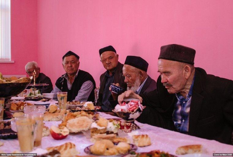 """""""Вот старший аксакал из Узбекистана, а это его младший брат. Мы специально приехали из Ташкента на свадьбу"""", - рассказывают нам пенсионеры."""