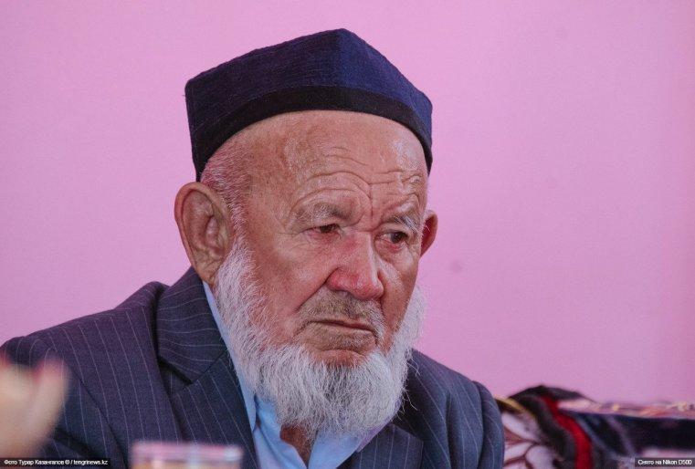 """""""Мы можем пребывать в Казахстане свободно пять дней. Если же мы хотим остаться еще на некоторое время, то нам нужно месячную временную регистрацию делать. Бывает, что за пять дней не успеваешь все сделать, оформить"""", - говорят мужчины."""
