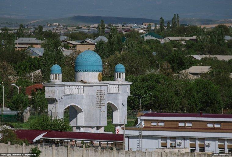 А еще с этого места можно следить за тем, что происходит на казахстанско-узбекской границе.