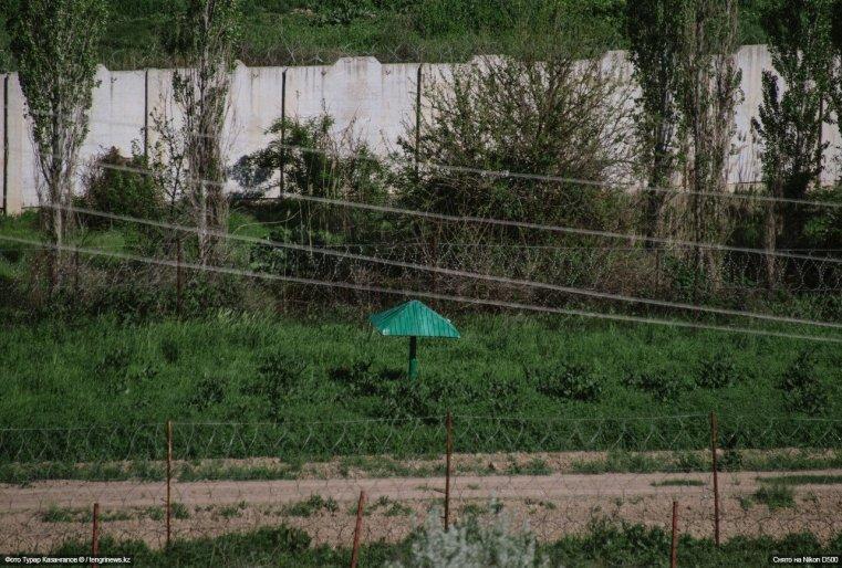 Территории Казахстана и Узбекистана разделяет бетонный забор с колючей проволокой.