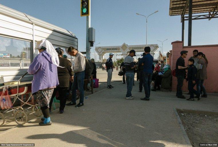 Здесь же, в толпе, предприимчивые людиторгуют едой, сим-картами, меняют валюту.