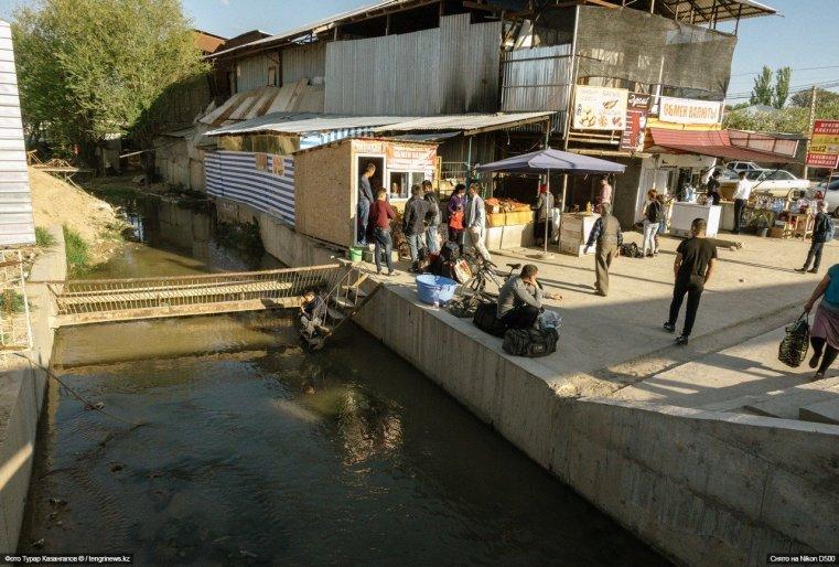 А этот район, примыкающий к таможенному посту, весьма своеобразный и имеет все признаки восточного базара.