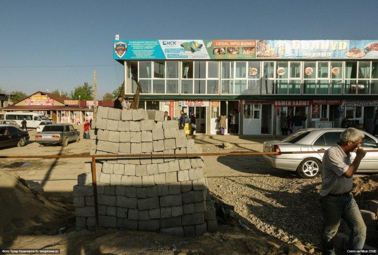 Есть кафе, всевозможные услуги, в том числе и массаж (по крайней мере, такую вывеску можно увидеть на местном базаре).