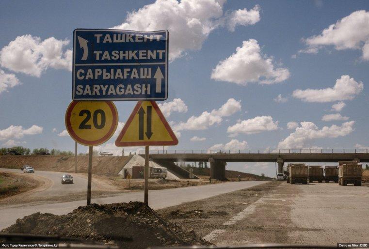 Совсем другая жизнь, более размеренная, течет в поселках по дороге в Сарыагаш.