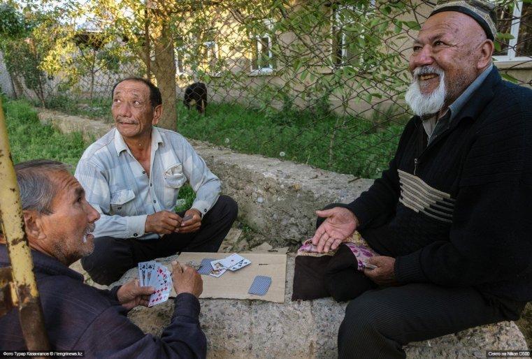 Местные мужчины проводят досуг за игрой в карты.