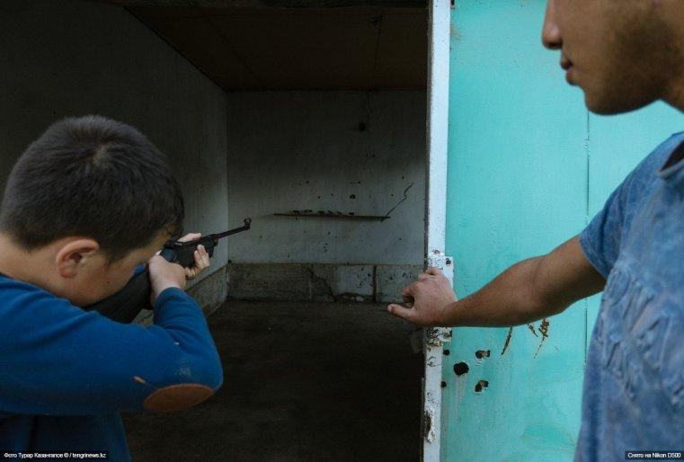 Подростки тренируются в меткости в импровизированном тире. Один выстрел - 10 тенге.
