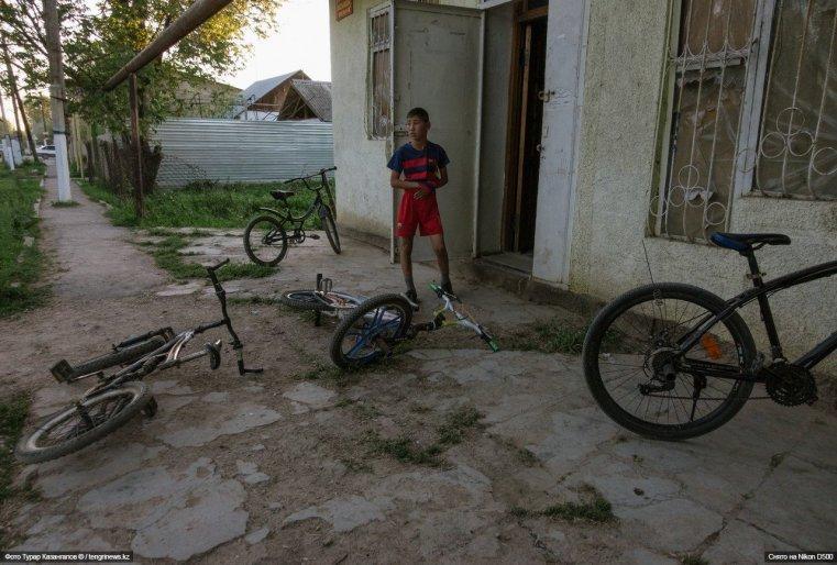 Но большинство детей сейчас в соседнем здании. Найти их можно по оставленным велосипедам.