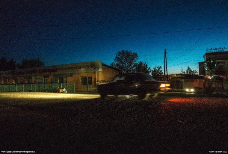 На улице уже почти стемнело, торговые точки закрылись.