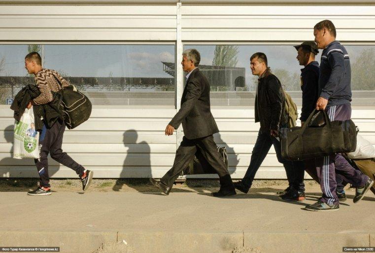 Люди с сумками идут со стороны Узбекистана.