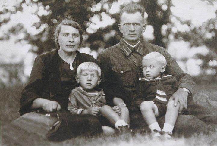 Лейтенант 333 стрелкового полка Лисецкий Иосиф Иосифович (1908-1949) с женой и сыновьями. Фото 1941 год