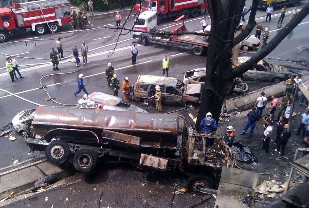 Машины, которые загорелись после аварии бензовоза возле отеля Rixos в