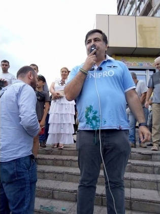 Саакашвили закидали яйцами и облили зеленкой