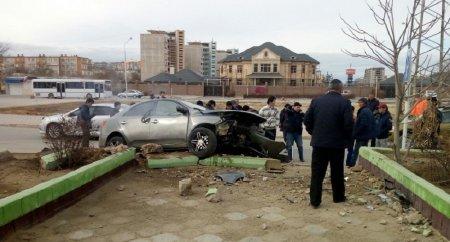 ВАктау автомобиль протащил вподкапотном пространстве поасфальту 25-летнего молодого человека