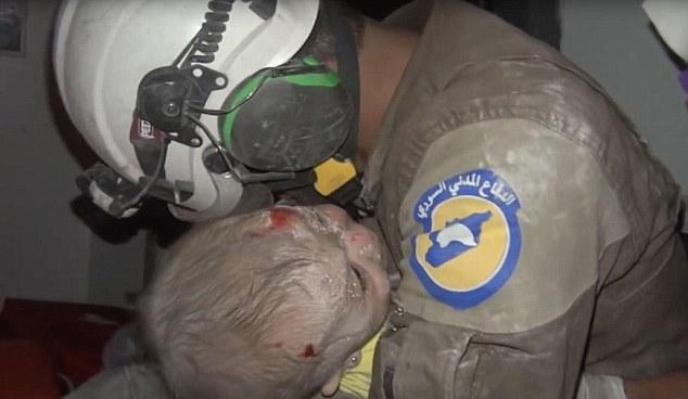 Сирийские cотрудники экстренных служб извлекли из-под завалов вИдлибе новорожденную