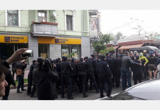 В украинских городах разогнали гей-парады