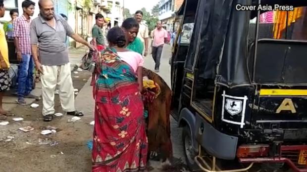 В Индии девушка родила прямо посреди оживленной улицы: 28
