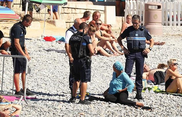 Полисмены заставили женщину снять буркини на пляже в Ницце