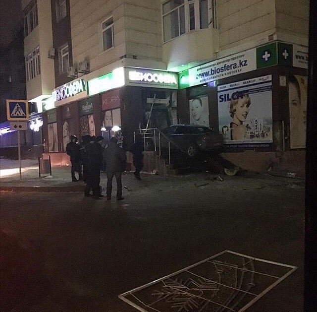 В Караганде легковой автомобиль въехал в здание аптеки, вход в которую расположен на высоте нескольких ступенек.