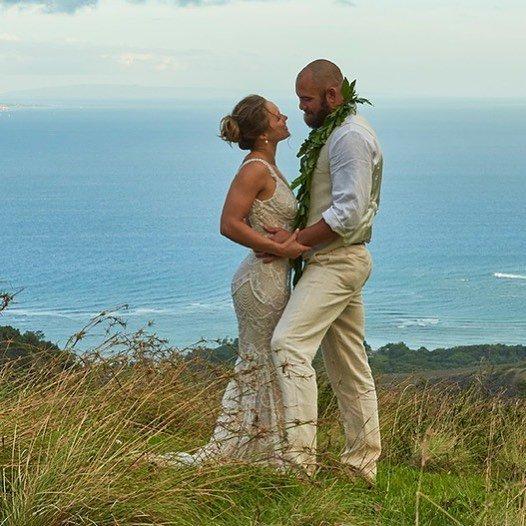 Боец UFC Ронда Роузи вышла замуж на Гавайях