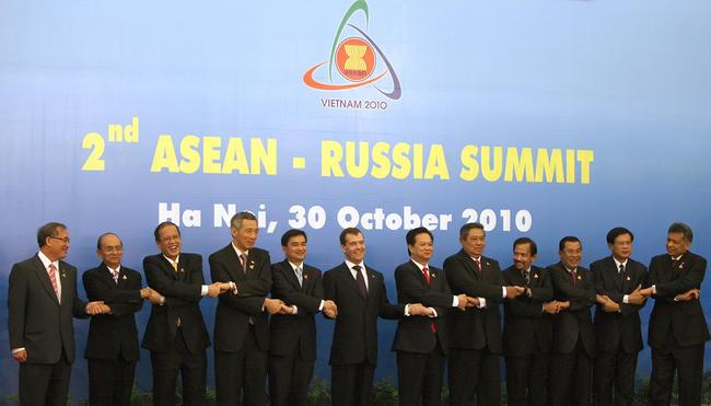 Дмитрий Медведев дважды испортил групповое фото президентов - фото,видео