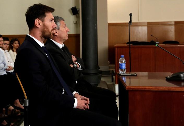 Лео Месси и его отца приговорили к 21 месяцу тюрьмы
