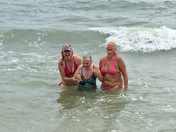 бесплатные фото бабушки на пляже