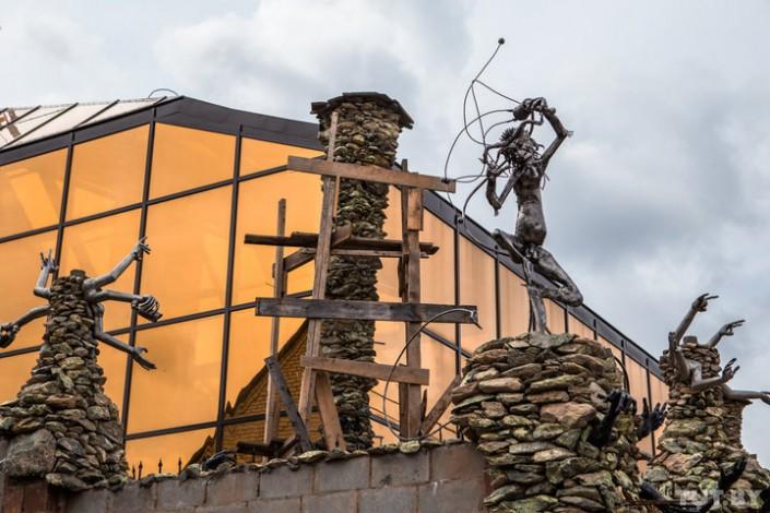 """Бизнесмен построил дом, вселяющий ужас в соседей: """"Из забора """"полезли"""" руки и черепа"""""""
