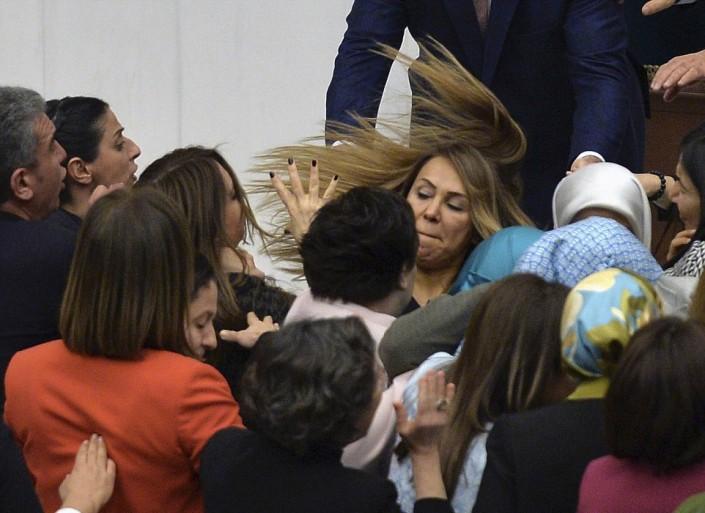 Женщины-депутаты устроили драку в парламенте Турции | Tengrinews.kz