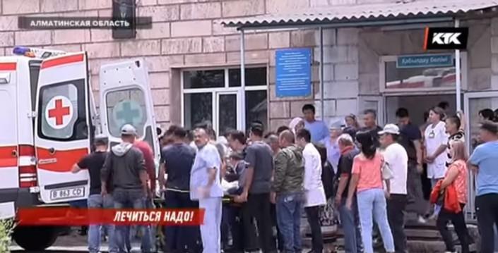 Жители Шелека вышли с требованием уволить руководство районной больницы