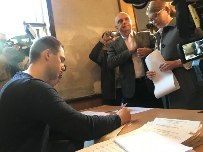 Зеленский пообещал представить часть собственной команды до 2-го тура