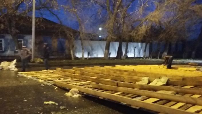 В Семее сорванная из-за сильного ветра кровля здания упала на авто и перекрыла всю проезжую часть