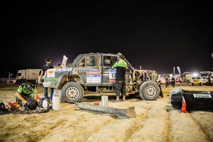 """Командная работа помогла казахстанским гонщикам удержаться в топ-10 на ралли """"Шелковый путь"""""""