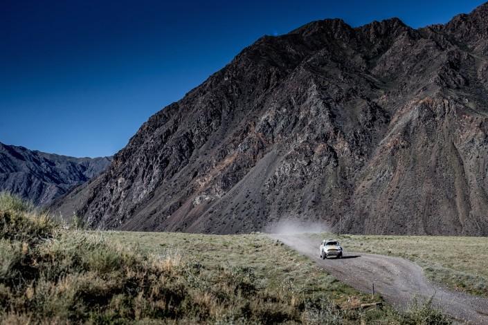 """Аномальная жара и песчаные дороги встретили участников ралли """"Шелковый путь"""" на 8-м этапе"""