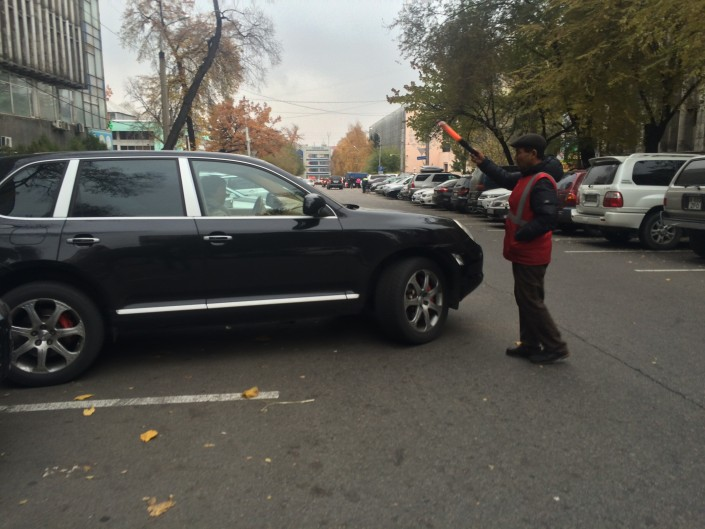 В Алматы, вопреки запрету акимата с 1 ноября взимать плату на всех автопарковках тротуарного типа