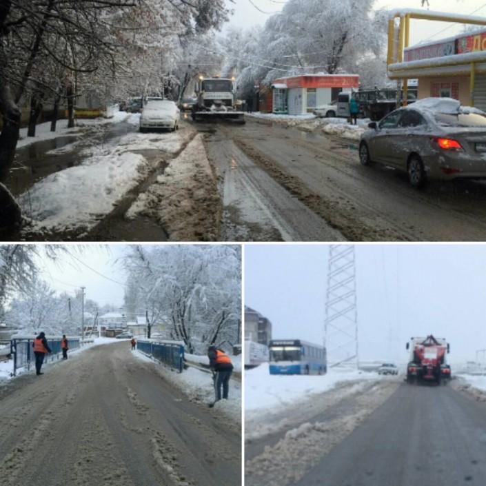 С раннего утра в городе работает снегоуборочная техника.