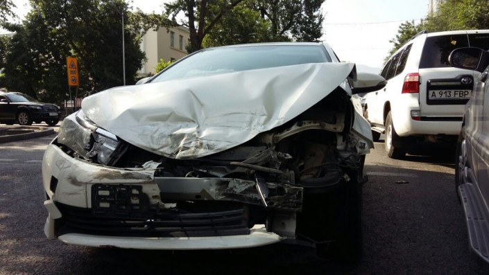 Внедорожник перевернулся в результате ДТП в Алматы