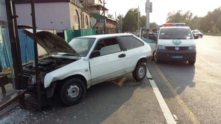 В Алматы автомобиль сбил девушку и врезался в остановку