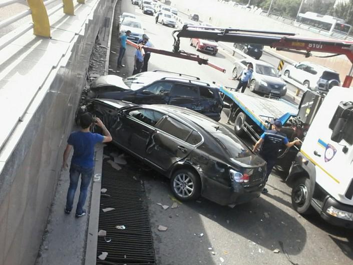 """Lexus не смог """"проскочить"""" между двумя авто на улице Саина в Алматы"""