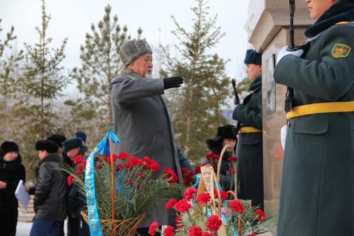В Кокшетау торжественно возложили цветы к памятнику Малика Габдуллина в честь столетия заслуженного деятеля науки Казахской ССР и героя Советского союза