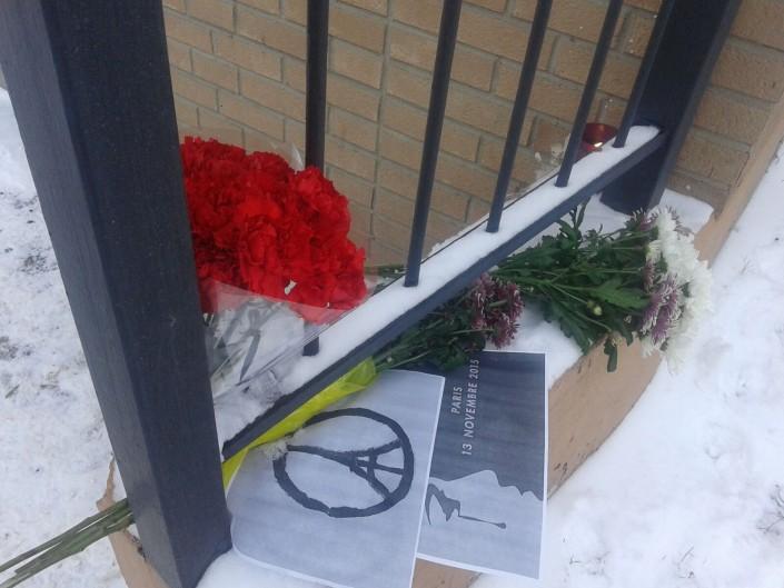 Алматинцы несут цветы к консульству Франции в память о жертвах теракта