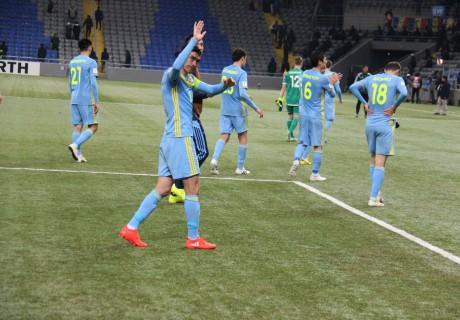 Сборная Казахстана провожала Самата Смакова, качая наруках враздевалке