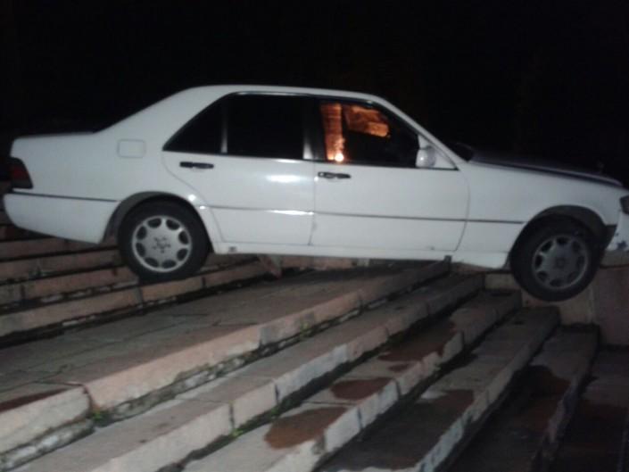 Пьяный водитель Mercedes проехался по лестнице у здания КБТУ в Алматы