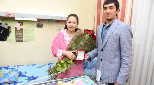 Миллионный житель Алматы пожелал счастья миллионной астанчанке