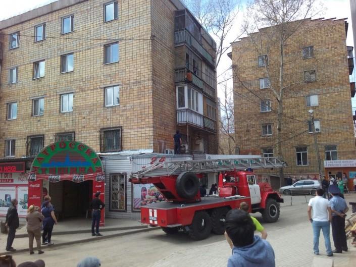 Квартирный вор угрожает сброситься с балкона дома в Караганде