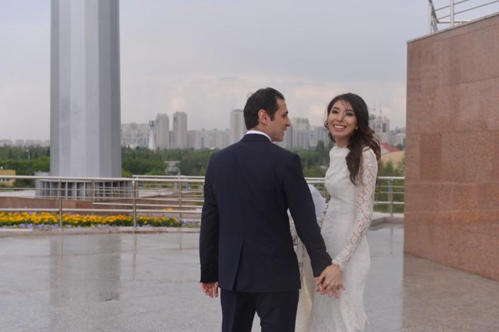30 молодых пар поженились под дождем в Астане