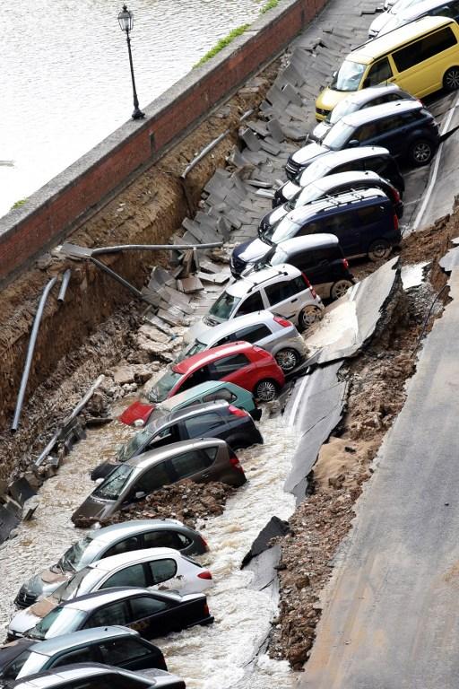 В центре Флоренции из-за проседания грунта в яму провалились 20 авто