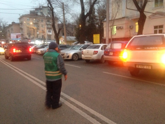 В Алматы работники парковочных стоянок начали бесплатно помогать автовладельцам