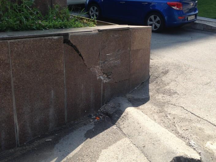 Девушка на Lexus влетела в бизнес-центр в Алматы